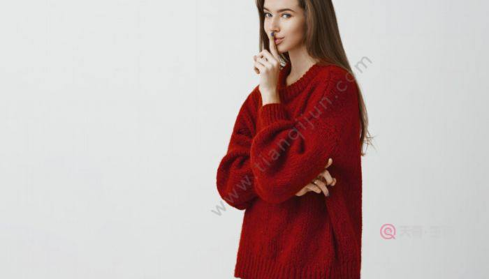 米色羽绒服可以配红色毛衣吗