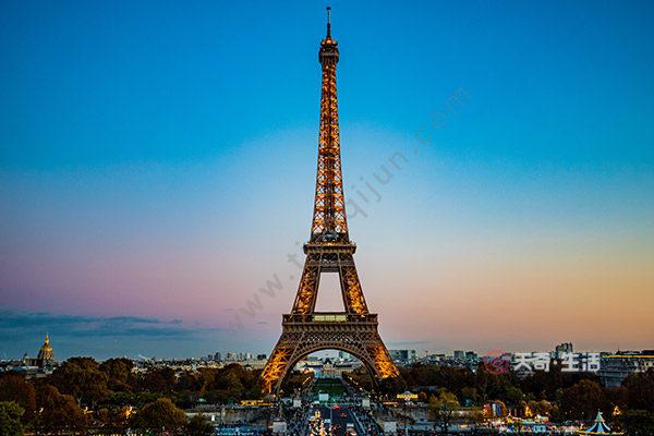 法国埃菲尔铁塔有多高