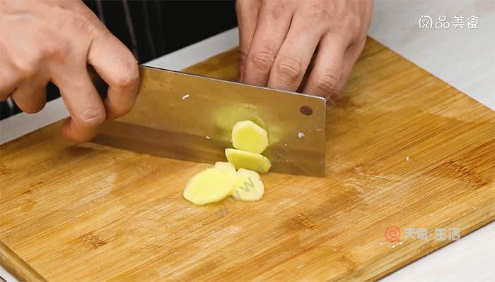 鱿鱼须焖排骨的做法 如何做鱿鱼须焖排骨